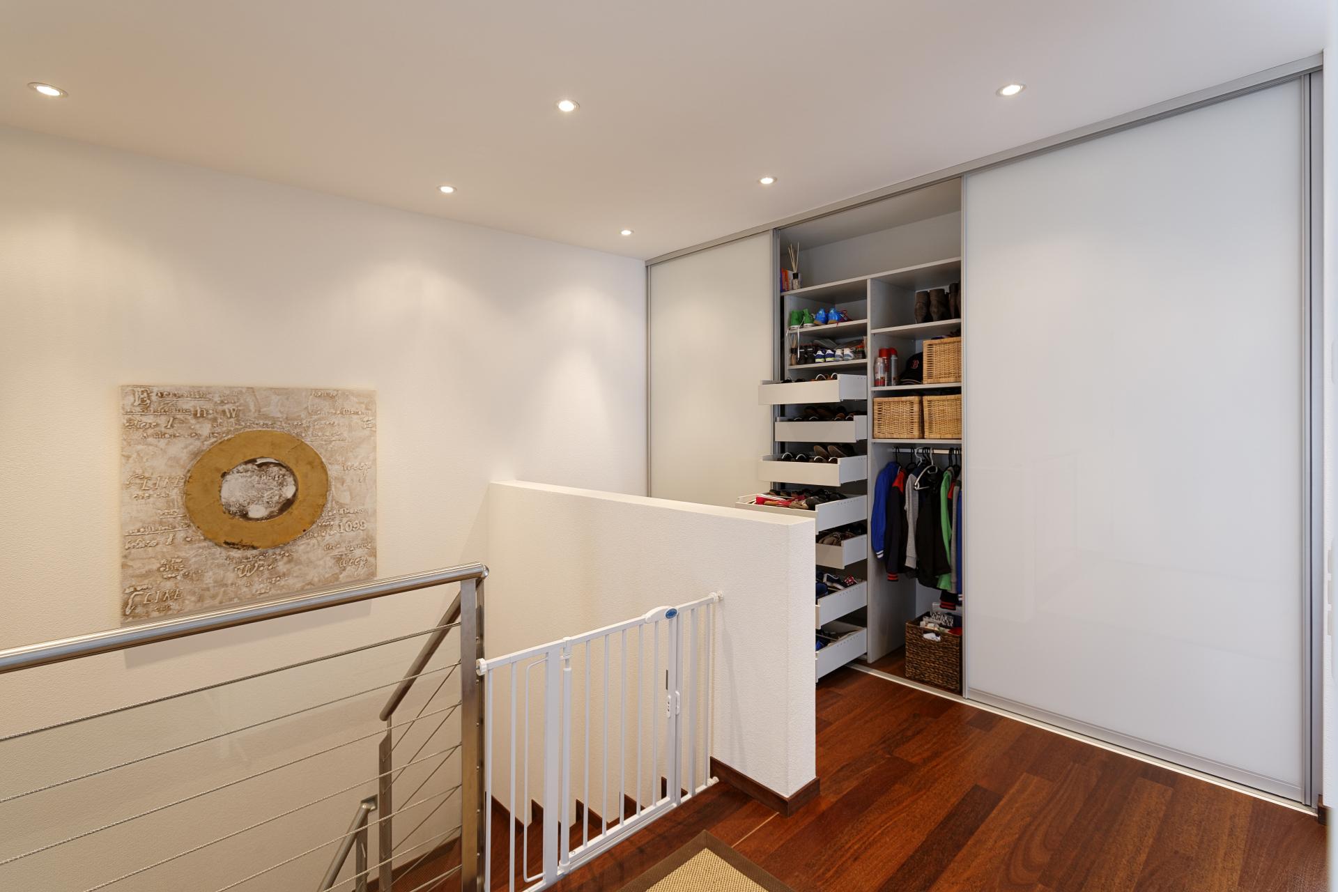 nischenschrank mit schiebet ren im entre auf zu. Black Bedroom Furniture Sets. Home Design Ideas