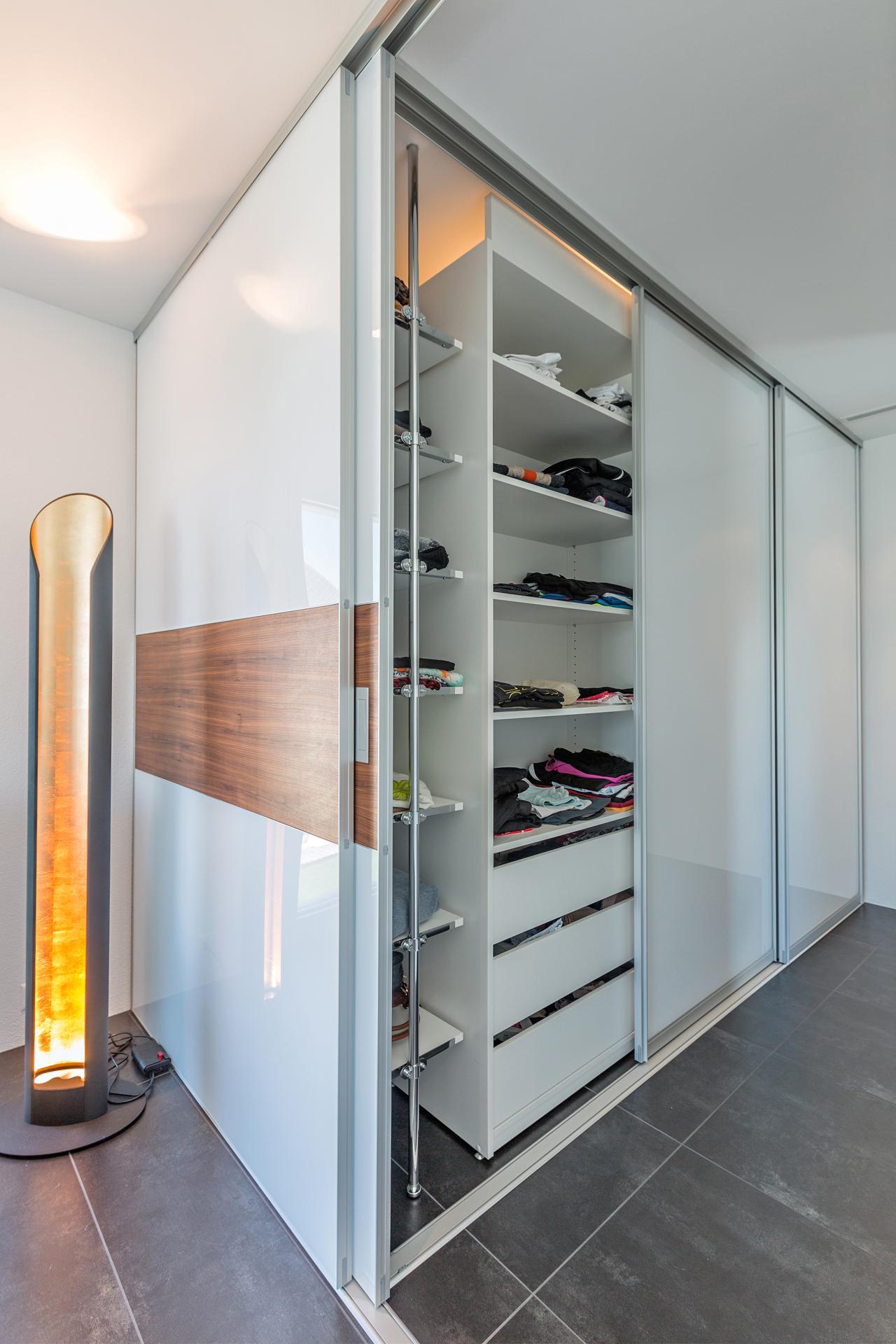 doppelt tiefer begehbarer kleiderschrank im durchgang zum bad auf zu. Black Bedroom Furniture Sets. Home Design Ideas