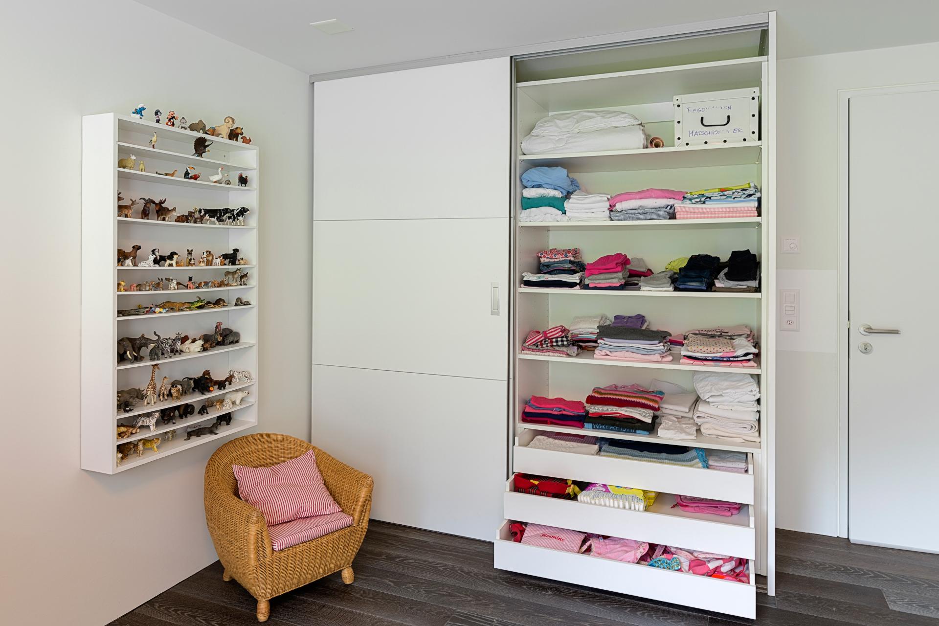 rahmenlose schiebet ren mit quersprossen im kinderzimmer. Black Bedroom Furniture Sets. Home Design Ideas
