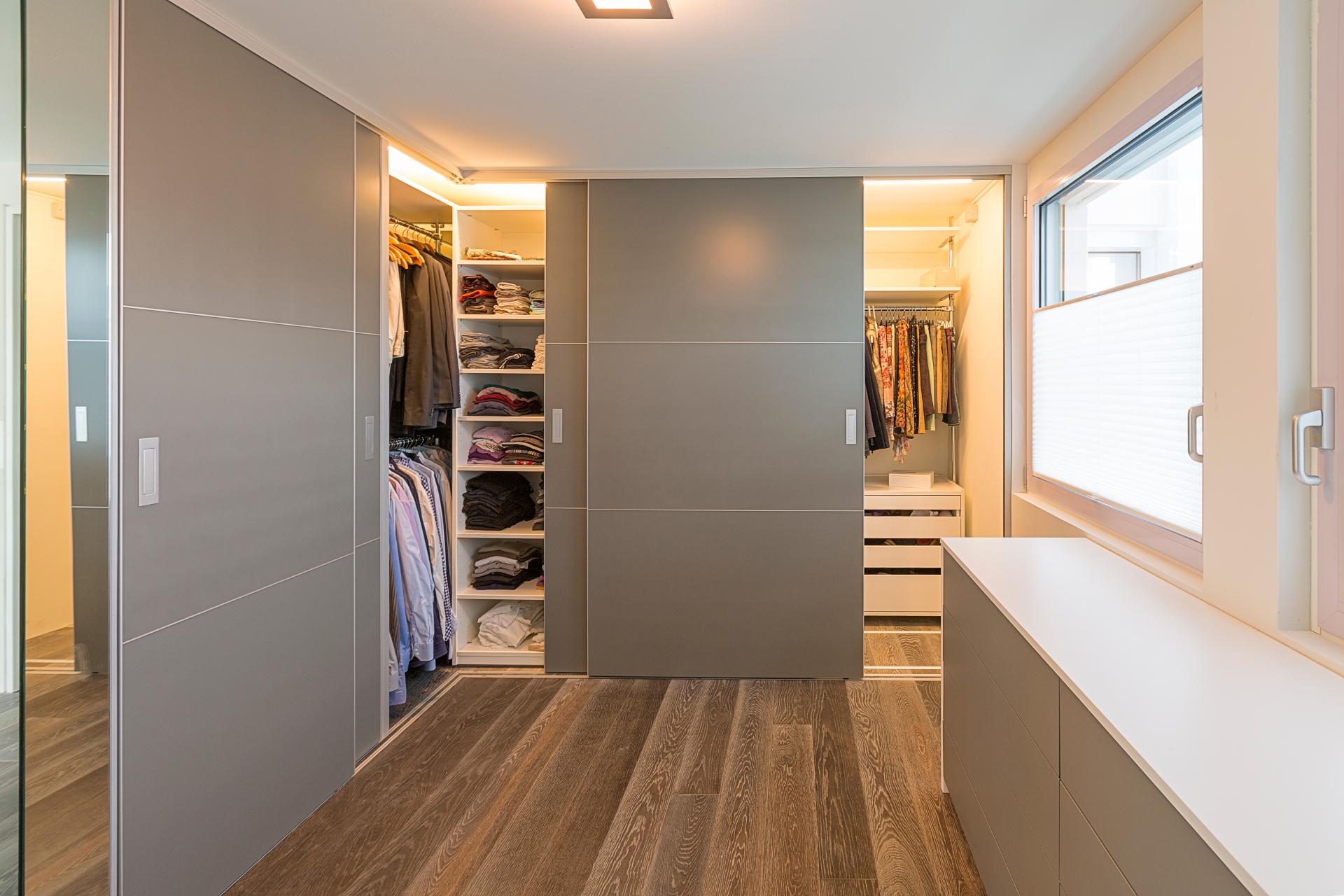 begehbarer eckschrank durch verschiebbare regale auf zu. Black Bedroom Furniture Sets. Home Design Ideas