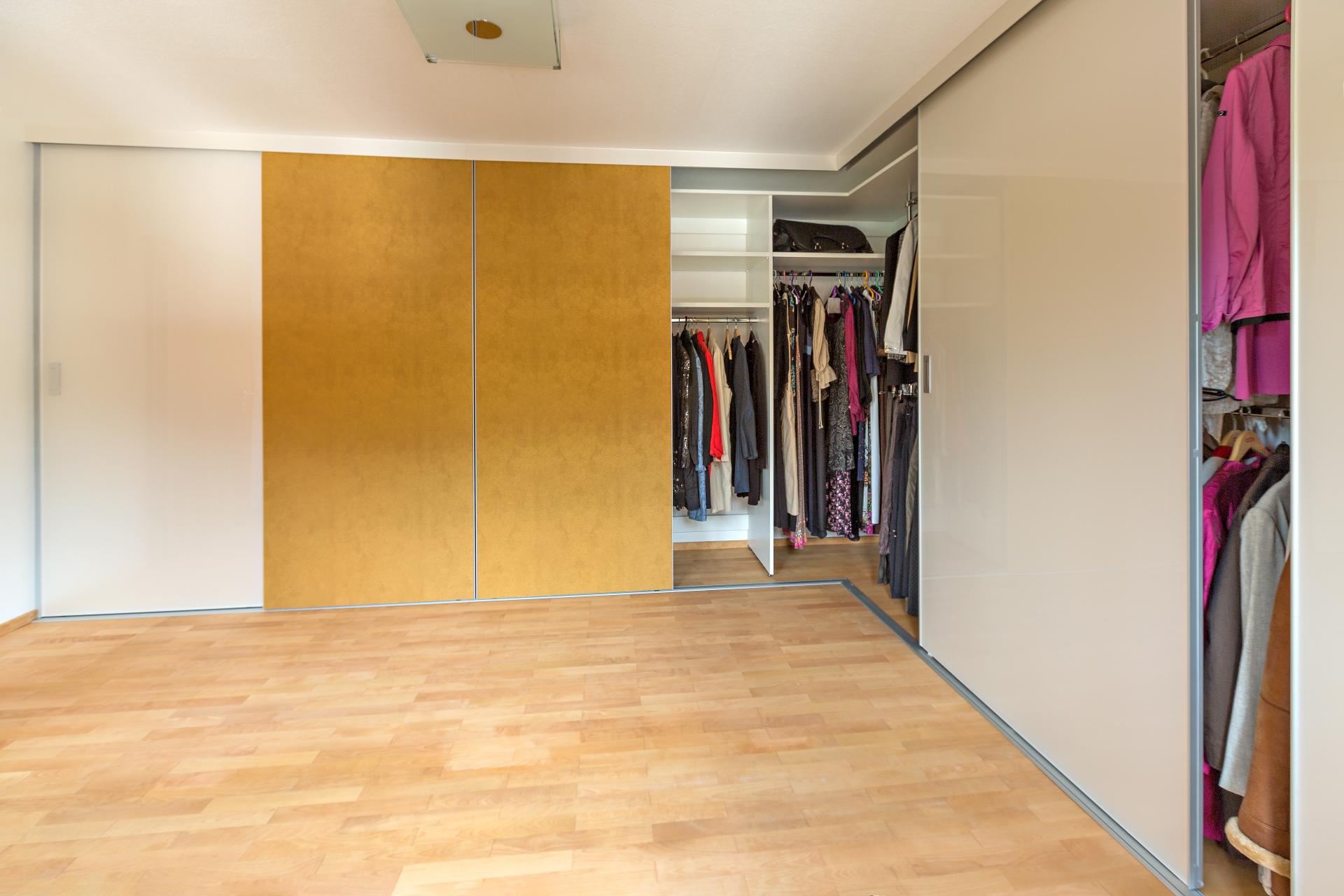 eckkleiderschrank an zwei w nden verlaufend mit schiebet ren in goldenem leder auf zu. Black Bedroom Furniture Sets. Home Design Ideas