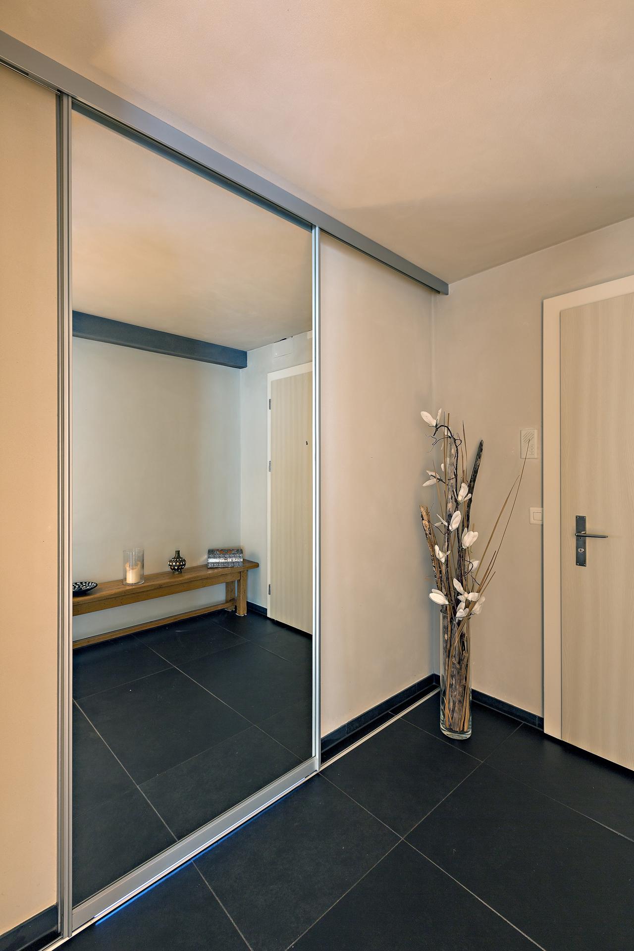 schiebet re in grossfl chigem spiegel als eingang ins badezimmer auf zu. Black Bedroom Furniture Sets. Home Design Ideas
