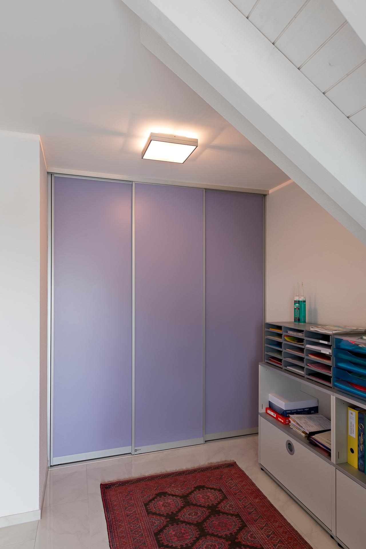 schiebet renschrank im privaten b ro in der farbe lila. Black Bedroom Furniture Sets. Home Design Ideas