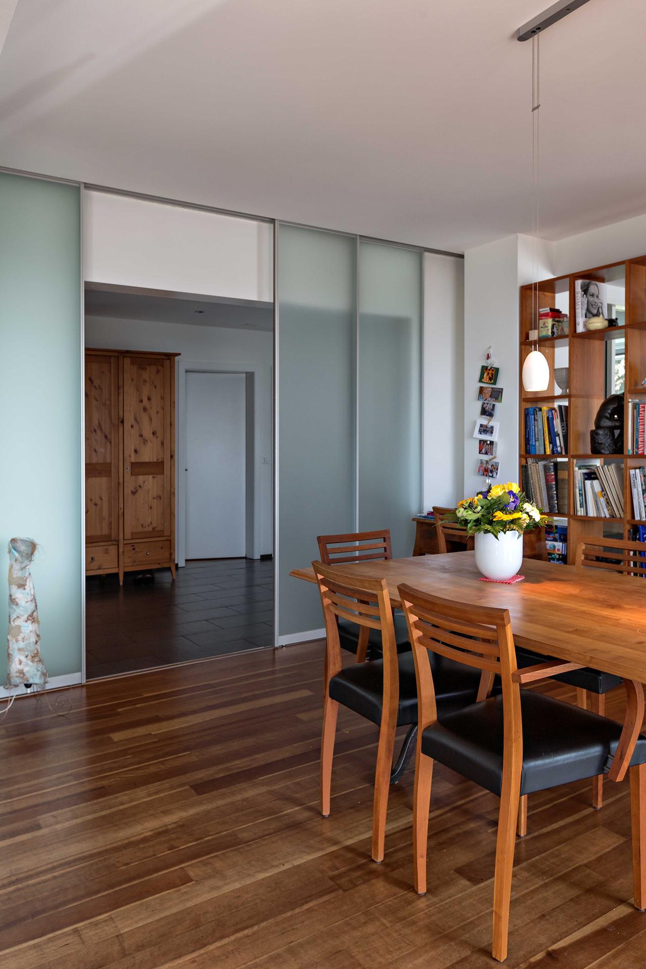 Raumteiler aus vier schiebet ren in glas zwischen flur und - Glastrennwand wohnbereich ...
