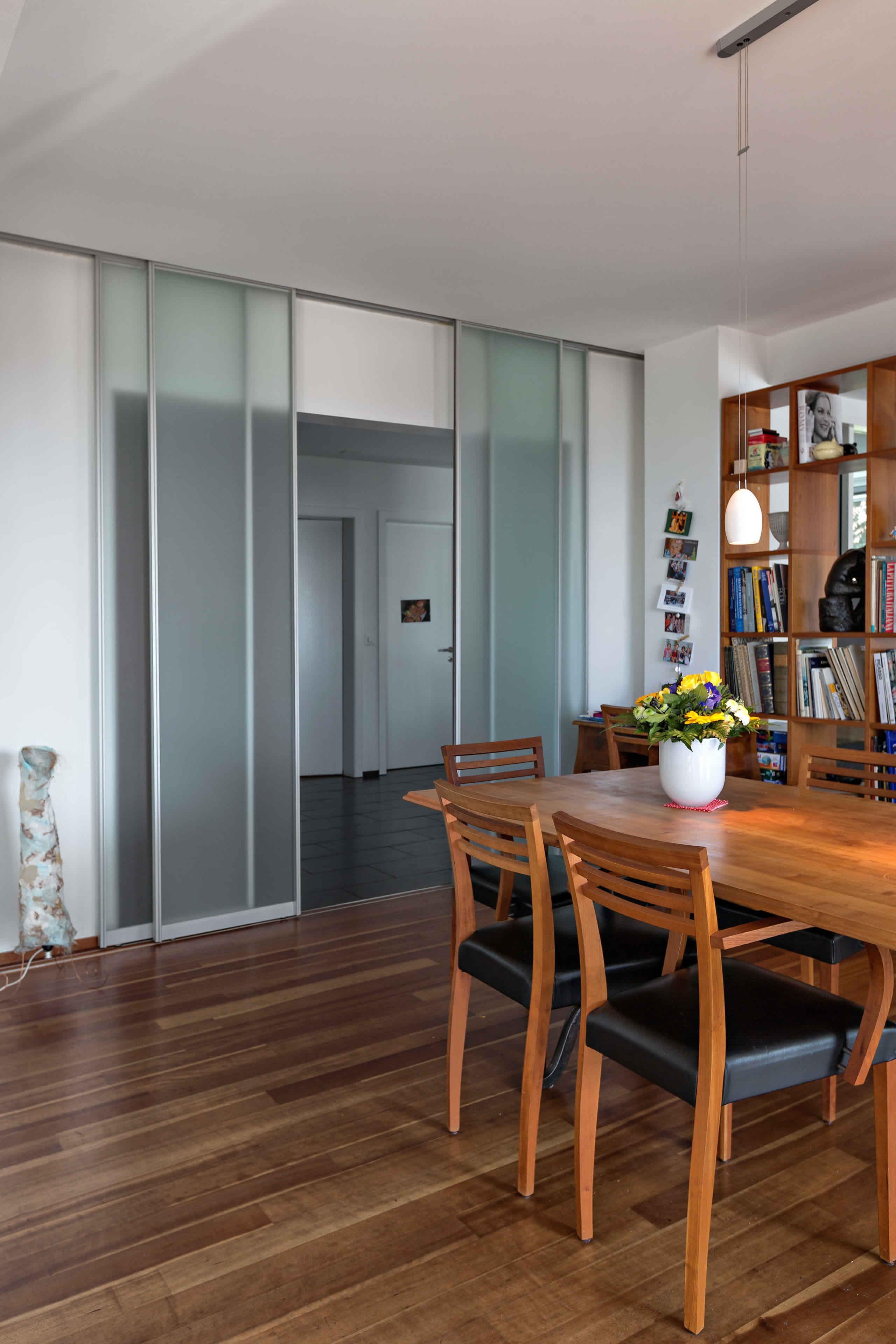 raumteiler aus vier schiebet ren in glas zwischen flur und wohnbereich auf zu. Black Bedroom Furniture Sets. Home Design Ideas