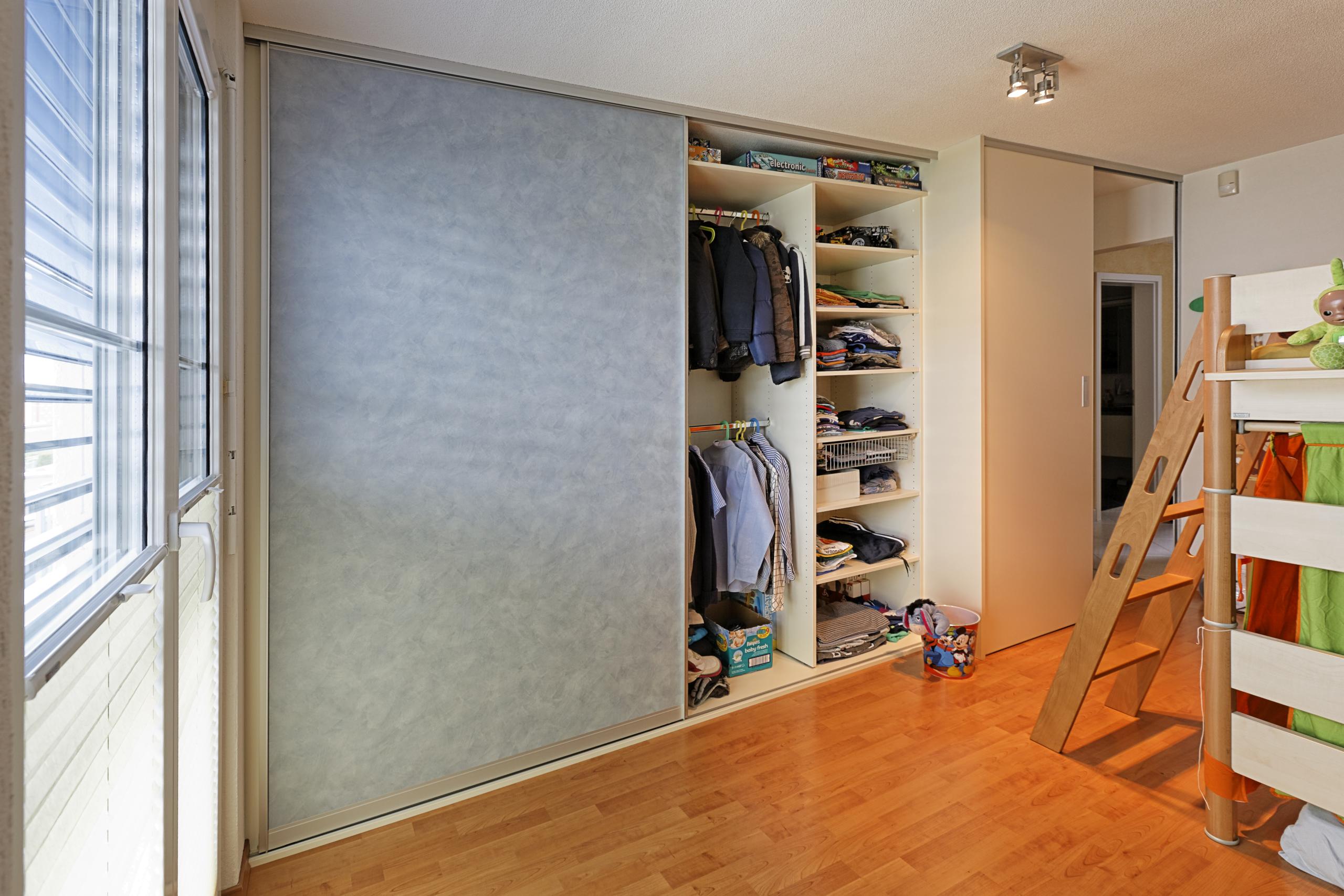 schiebet ren schrankfront im kinderzimmer in farbigem. Black Bedroom Furniture Sets. Home Design Ideas