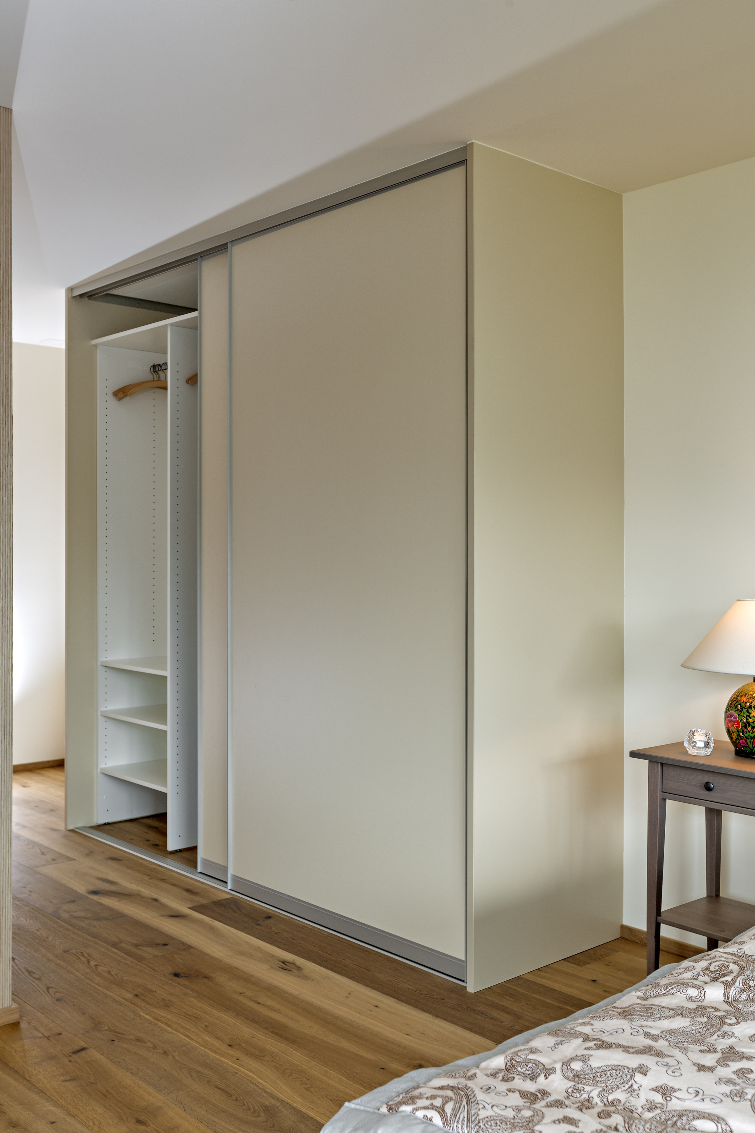 schiebet rschrank im g stezimmer mit minik che auf zu. Black Bedroom Furniture Sets. Home Design Ideas